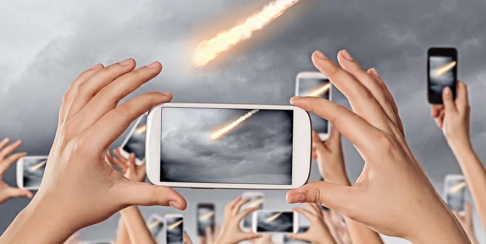 Flera mobilkameror som fotograferar komet